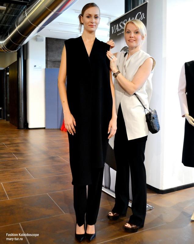 Васса и модель, одетая во фрак из коллекции Весна-Лето 2015